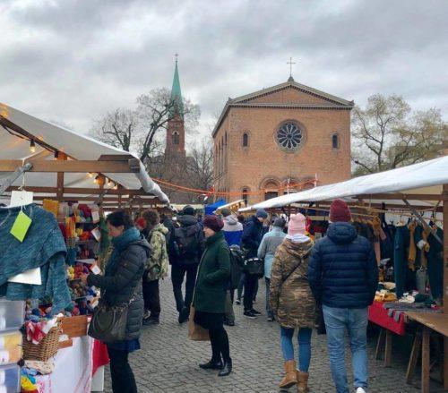 Besucher eines Marktes auf dem Leopoldplatz