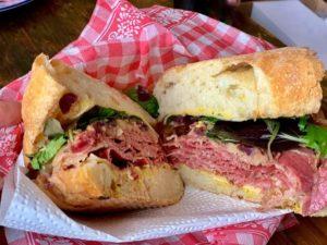 Pastrami-Sandwich im Kater & Goldfisch