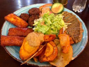 Eine Platte mit orientalischen Gerichten