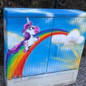 Lichtblick: Graffiti eines Einhorns auf einem Regenbogen
