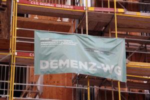 Wer in das neue Haus einziehen wird, stand auf den Plakaten am Baugerüst. Foto: Hensel