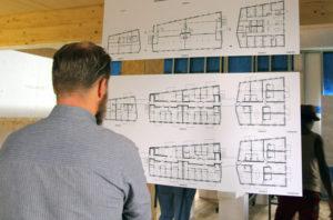 Auf den Plänen ist zu sehen, wie die die sogenannte Wohn-Cluster im Holzhaus Lynarstraße aufgeteilt sind. Foto: Hensel
