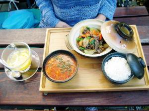 Eines der Menüs in der Nguyen Kitchen mit Sauer-Scharf-Suppe, Reis und Fleischgericht. Dazu ein Ingwertee mit Zitrone und Honig. Foto: Hensel