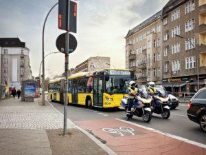 Motorräder vor einem Bus
