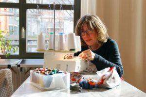 Cora Lie an der Nähmaschine in der NachbarschaftsEtage. Foto: Hensel