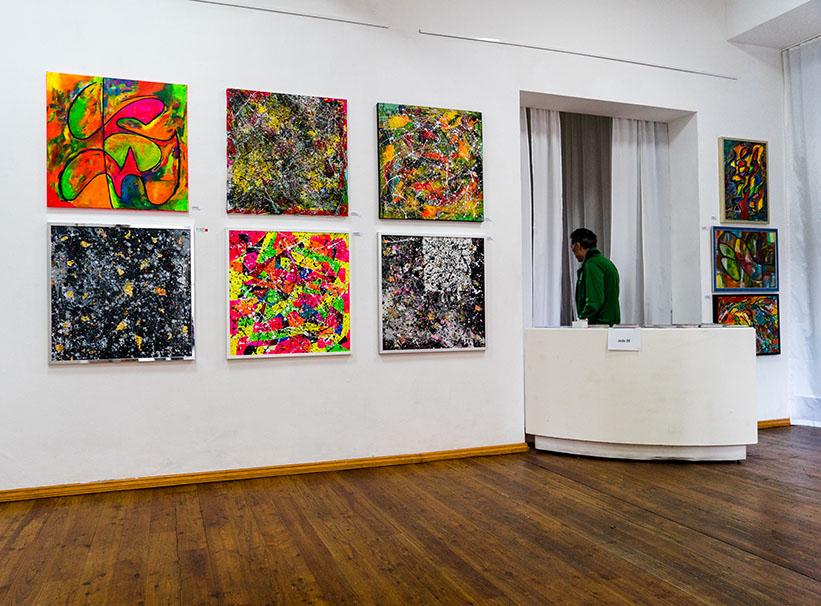 abstrakte Bilder in Ausstellung