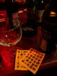 Bingoscheine auf einem Tisch