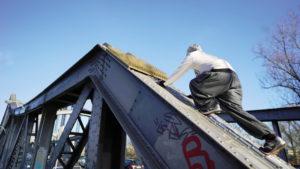 Alex auf der Stahlkonstruktion der Swinemünder Brücke. Foto: Paul Alpha