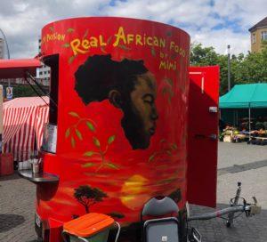 Ein mobiler Essenstand auf dem Leopoldplatz