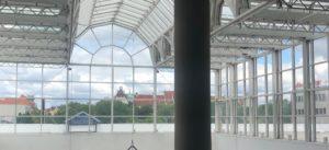 Möbel Kraft Glasdach mit Blick zum Amtsgericht