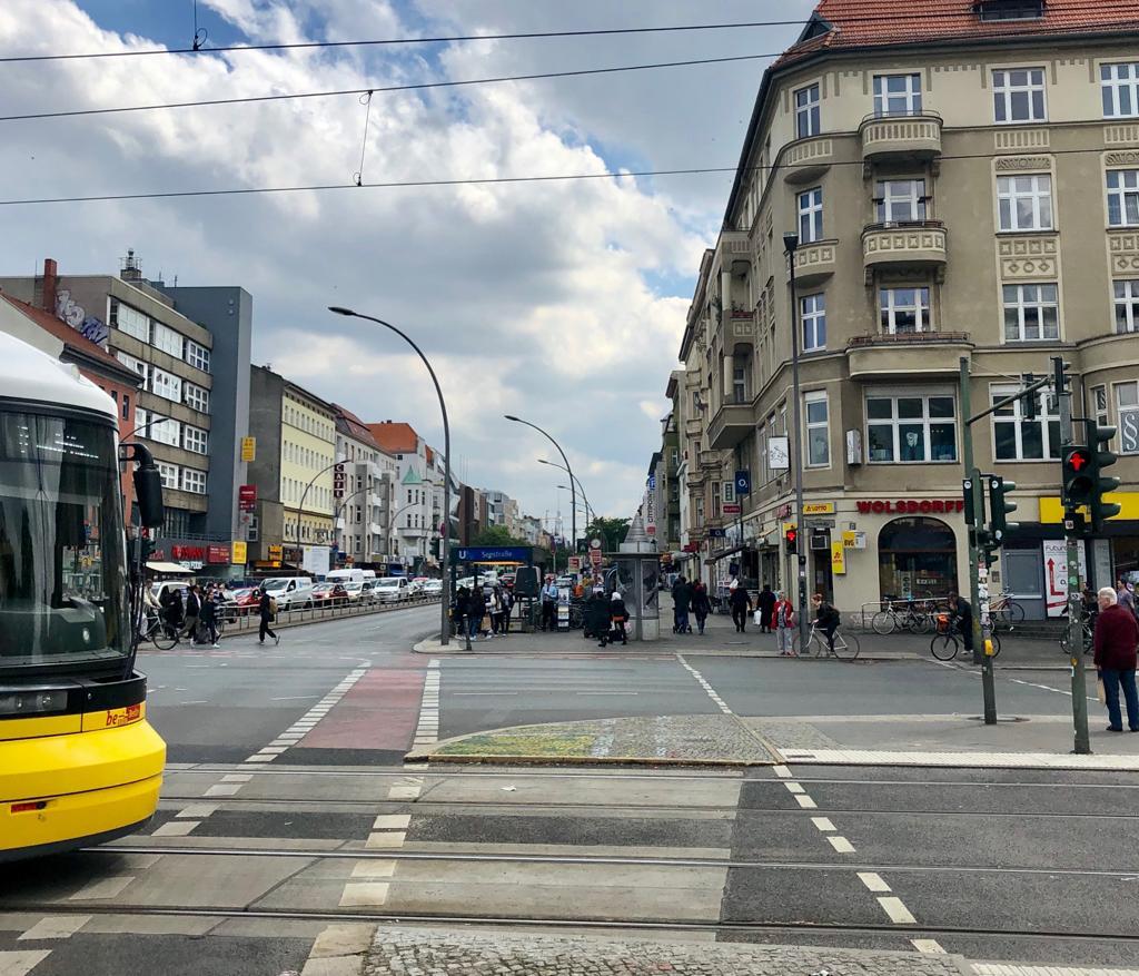 Eine Straßenbahn auf der Kreuzung