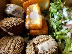 Halloumikäse und Falafelbällchen