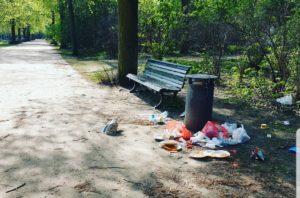 Überquellende Mülleimer im Schillerpark an einer Bank