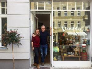 Ein Paar in einer Ladentür des Vandeley