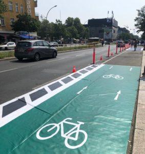 Demonstration einer geschützten Radspur auf der Müllerstraße