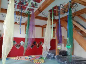 Ein bunter Gruppenraum einer Kita