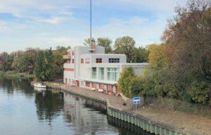 Blick auf ein Gebäude am Kanal