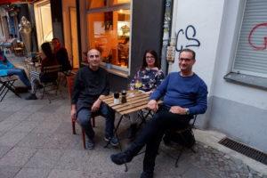 Drei Leute sitzen an einem Tisch