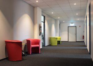 Ein Wartebereich mit bunten Sesseln