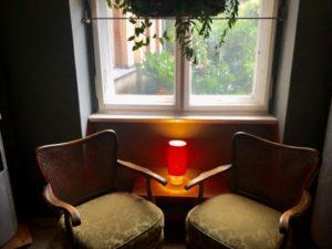 Sitzecke am Gartenfenster im Holz und Farbe
