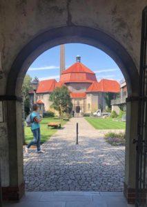 Blick durch ein Tor auf das Krematorium