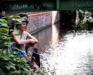 Zwei Frauen sitzen am Ufer der Panke
