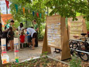 Kinder an einem Stand auf dem Eulerspielplatz