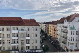 Blick auf bunte Häuser in einer Straße