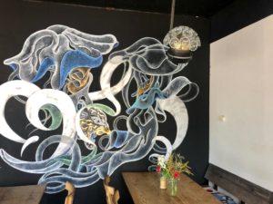 eine bunt bemalte Café-Wand