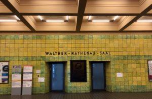 Gelbe und grüne Fliesen im Foyer des Rathauses