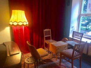 Eine Sitzecke in einer Bar mit einem alten Lampenschirm - aber die Nussbreite hört auf