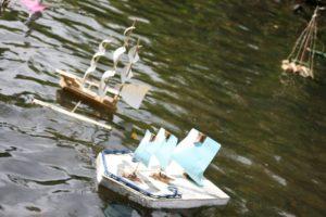 Papierboote segeln auf der Panke