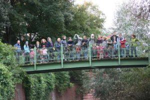 Die Brücke über die Panke voller Menschen