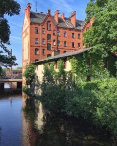 Die Panke und das ehemalige Mühlengebäude dahinter ein Backsteinhaus