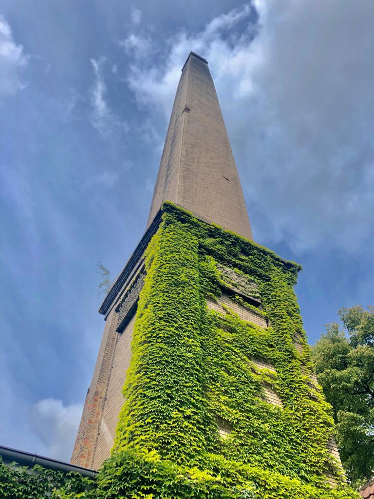 Ein hoher gemauerter Schornstein