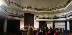 Der Innenraum einer achteckigen Halle