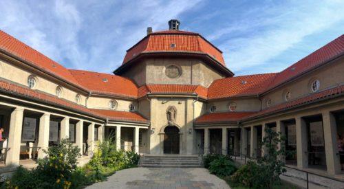 Achteckiger Innenhof des Krematoriums