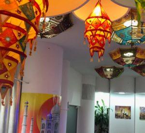 Indische Dekoration an der Decke eines Restaurants