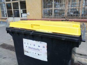 Eine gelbe große Mülltonne