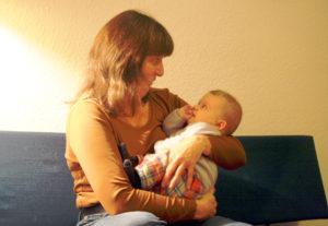 Paula Diederichs mit einem Baby.