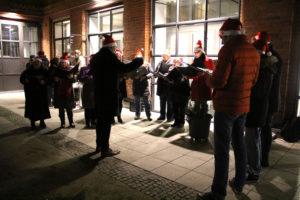 Chor mit Weihnachtsmützen