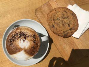Eine Tasse Kaffee und ein Cookie