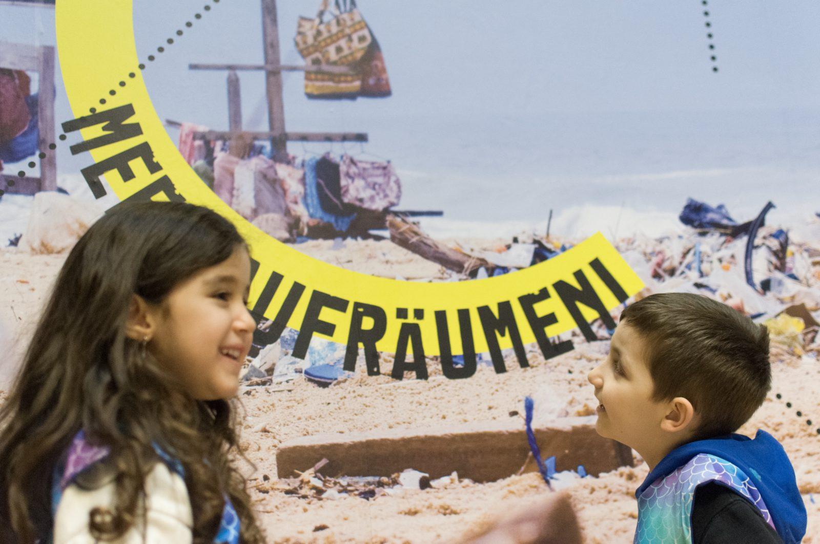 Zwei Kinder im Kindermuseum