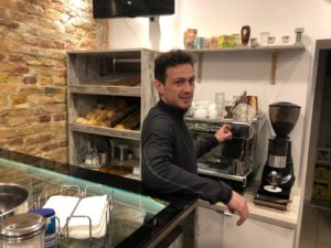 In der Repariererei serviert Alex auch Kaffee