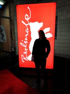 Frau vor Berlinale-Schild