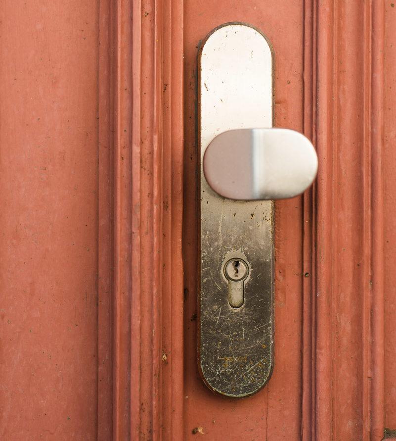 Symbolbild Türschloss Rot: Wenn man sich ausschließt