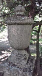 Eine der steinernen Urnen