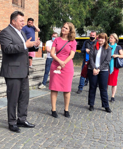 Innensenator Andreas Geisel, die Abgeordnete Maja Lasic und Teilnehmer des Rundgangs