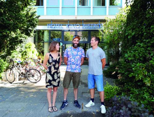 Anaëlle Cabon, Gustave Frank (Mitte) und Florian Fangmann vor dem Centre Francais