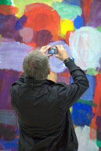 Ein Besucher fotografiert Kunst in den Gerichtshöfen